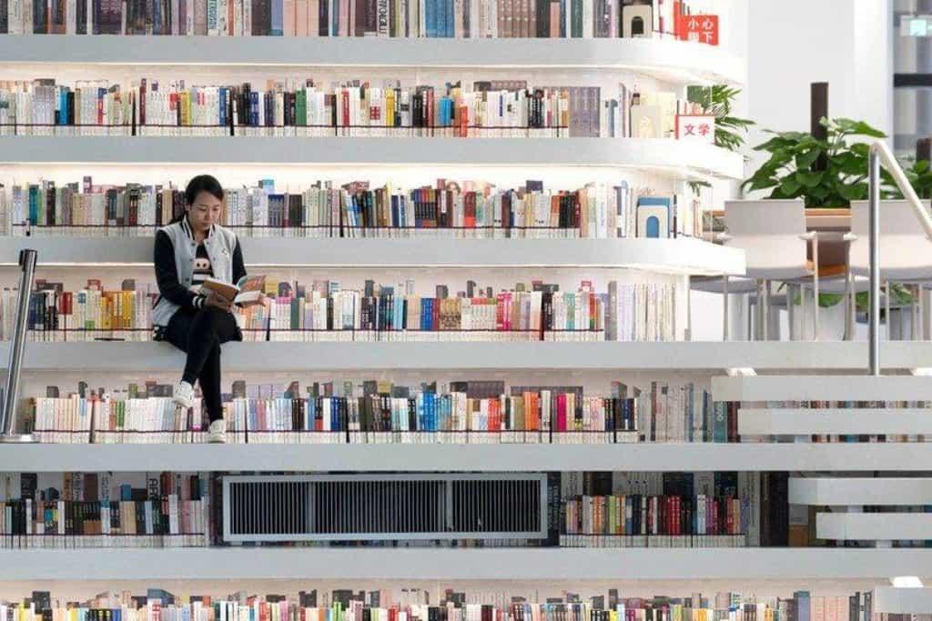 V oválných stěnách je uloženo neuvěřitelných 1,2 milionu knih