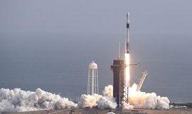 SpaceX úspěšně vyzkoušel nouzový záchranný systém. Loď s padáky přistála na mořské hladině