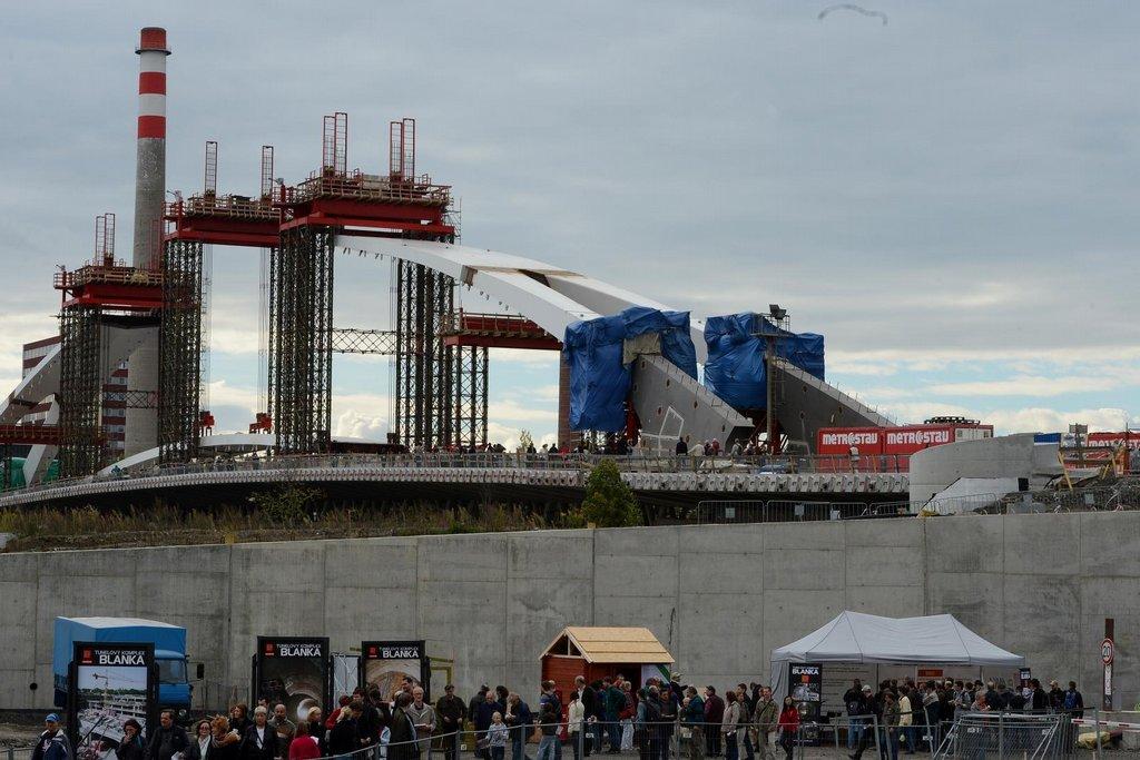 Ražená část trasy končí v Troji a pokračuje přes budovaný Trojský most ke stanicím městské hromadné dopravy v Holešovicích.