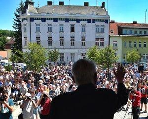 Miloš Zeman na jednom ze svých výjezdů za občany