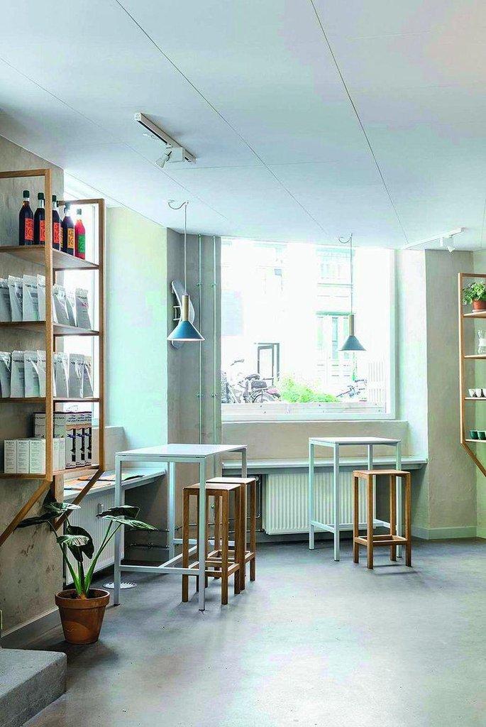 The Coffee Collective - např. Jægersborggade 57.  Kodaňskou kávovou institucí, která tu udává směr, je bez pochyby The Coffee Collective. Aktuálně má pět poboček po celém městě a návštěva některé z nich je povinností každého milovníka výběrové kávy. Entuziasmus a péče personálu kaváren vás snadno dostane, stejně jako káva, která je na místní poměry téměř levná. Budete-li hledat kávový suvenýr, neváhejte a kupte ho právě tady.