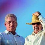 Odměna za věrnost. Miguel Díaz-Canel (vlevo) není revolucionář, ale prověřený stranický kádr. Do čela Kuby ho vynesla hlavně oddanost Raúlu Castrovi (vpravo)