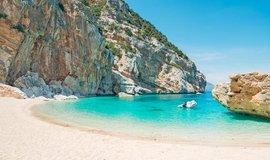 Turisté si ze Sardinie vezli čtyřicet kilo bílého písku. Hrozí jim šest let vězení