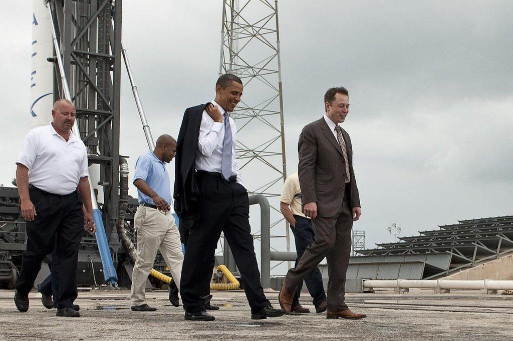 Elon Musk a Barack Obama v roce 2010 u rakety Falcon 9.