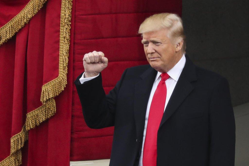 Donald Trump zdraví publikum po příchodu ke Kongresu