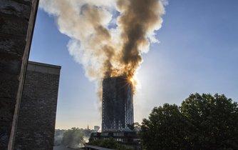 Budovy mají stejné hořlavé obložení jako u vyhořelého domu.