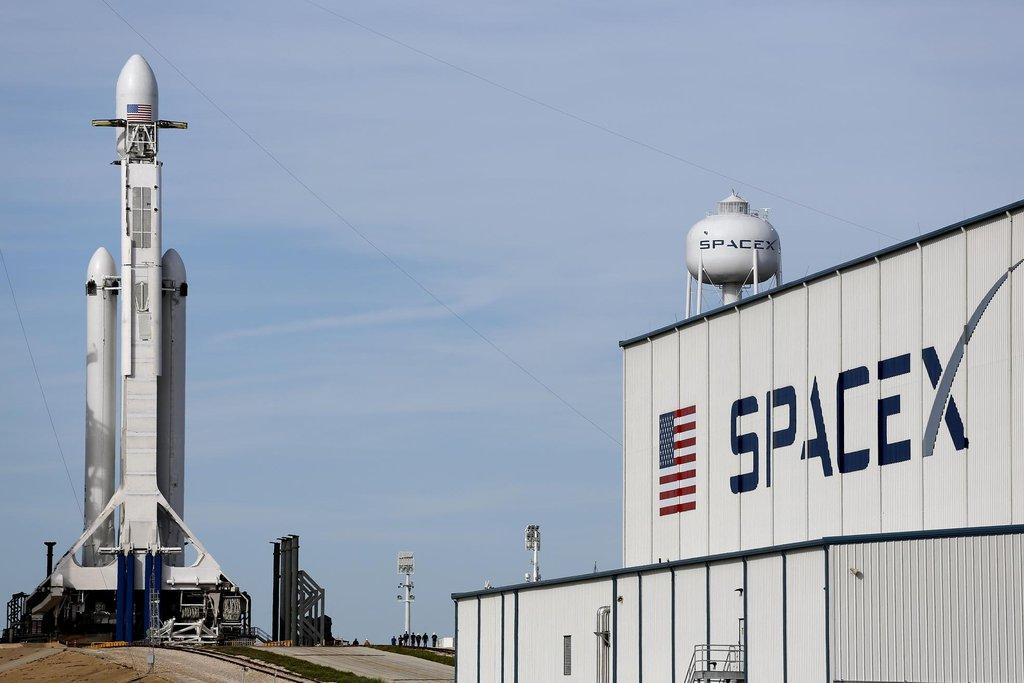 Musk před startem opakovaně varoval, že testovací let se nemusí podařit. Také tehdy řekl, že úspěchem by bylo i to, kdyby Falcon Heavy vybuchl dostatečně vysoko, aby nezničil startovací plochu.