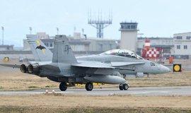 Stroj F/A-18D Hornet na základně v japonském Iwakuni