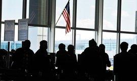 Cestující čekají na imigrační kontrolu na letišti JFK v New Yorku