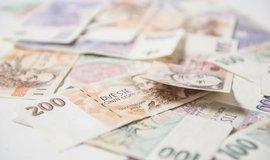 Průměrný dluh českých dlužníků dále klesá. Loni činil 28 500 korun