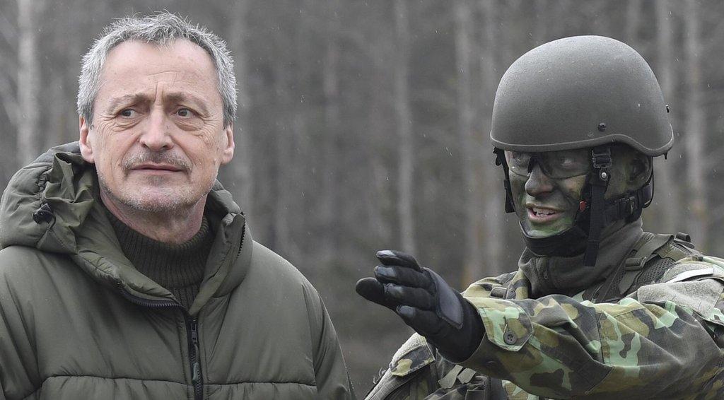 Ministr Martin Stopnický při návštěvě českých vojáků v Litvě.