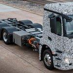 Firma Daimler představila nákladní vůz Mercedes-Benz s plným pohonem na baterie.